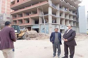 محافظ القاهرة يشهد إزالة عقار مخالف بجسر السويس