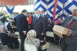محافظ القاهرة يقوم بتوزيع المواد التموينية على الأسر بمناسبة حلول شهر رمضان المبارك